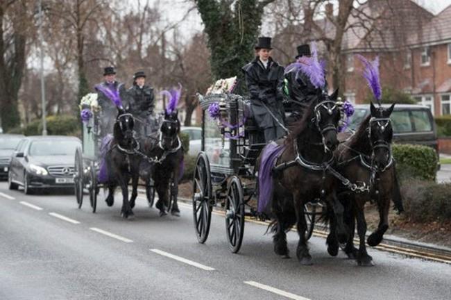 Đám tang ngập tràn hoa và gấu bông, có cả xe cảnh sát hộ tống, phía sau đó là một câu chuyện đau lòng của 4 đứa trẻ cùng chung một số phận - Ảnh 12.