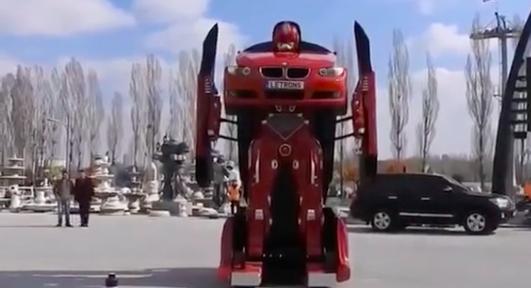 Kinh ngạc xe ô tô biến hình thành người máy trên phố - Ảnh 3.