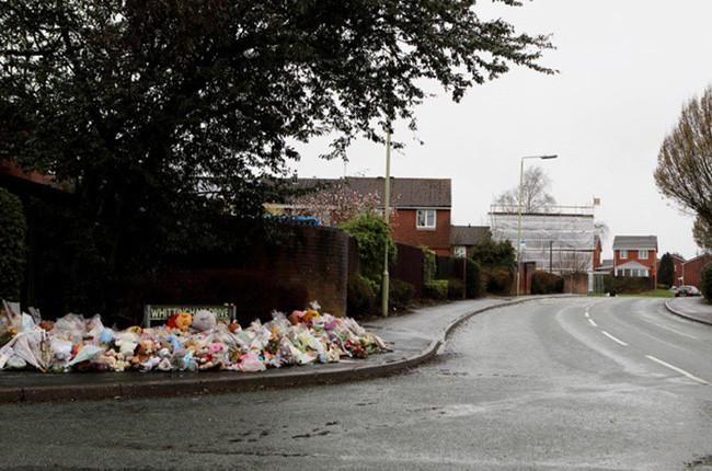 Đám tang ngập tràn hoa và gấu bông, có cả xe cảnh sát hộ tống, phía sau đó là một câu chuyện đau lòng của 4 đứa trẻ cùng chung một số phận - Ảnh 6.