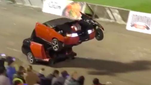 Kinh ngạc xe ô tô biến hình thành người máy trên phố - Ảnh 7.
