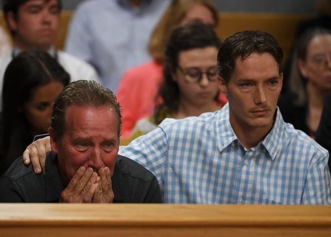 Bố và em trai của Shanann đau đớn trong 1 phiên tòa xét xử.