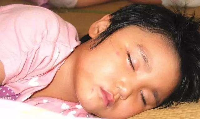 Con gái 4 tuổi càng lớn càng thay đổi, bố mẹ lo sợ không phải con ruột, đưa đến bệnh viện kiểm tra thì phát hiện sự thật bất ngờ - Ảnh 1.