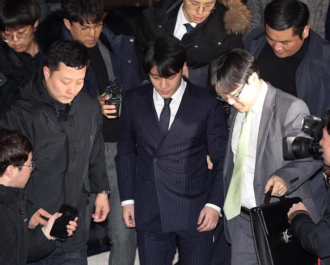 """Seungri và Jung Joon Young mặt tái nhợt vượt """"biển"""" người để rời sở cảnh sát sau gần 20 tiếng thẩm vấn, hé lộ chuyện giao nộp bằng chứng - Ảnh 11."""