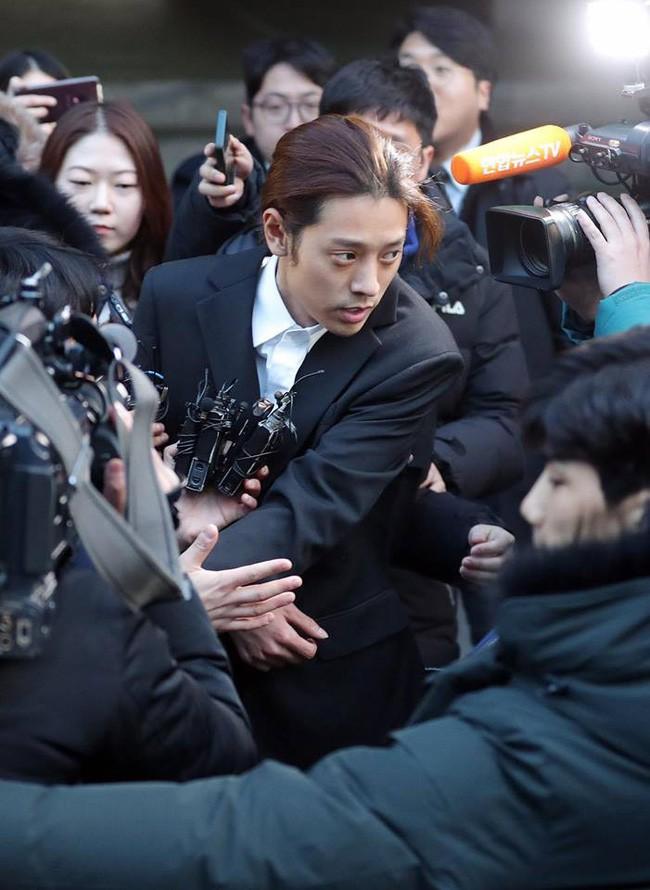 """Seungri và Jung Joon Young mặt tái nhợt vượt """"biển"""" người để rời sở cảnh sát sau gần 20 tiếng thẩm vấn, hé lộ chuyện giao nộp bằng chứng - Ảnh 12."""