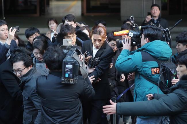 """Seungri và Jung Joon Young mặt tái nhợt vượt """"biển"""" người để rời sở cảnh sát sau gần 20 tiếng thẩm vấn, hé lộ chuyện giao nộp bằng chứng - Ảnh 13."""