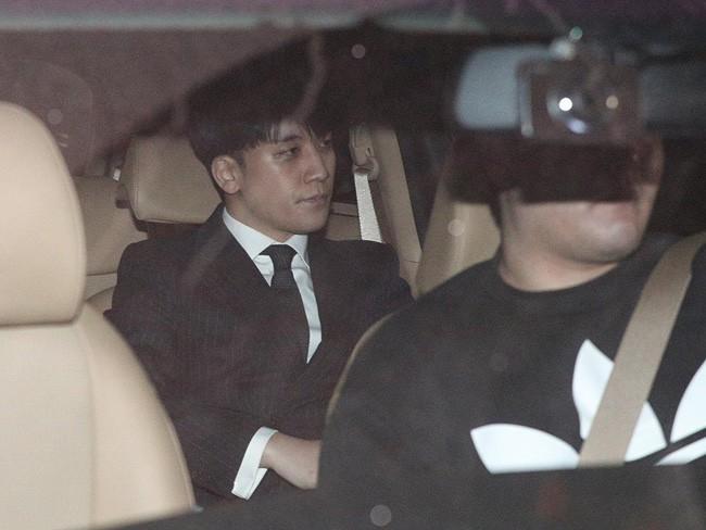 """Seungri và Jung Joon Young mặt tái nhợt vượt """"biển"""" người để rời sở cảnh sát sau gần 20 tiếng thẩm vấn, hé lộ chuyện giao nộp bằng chứng - Ảnh 4."""