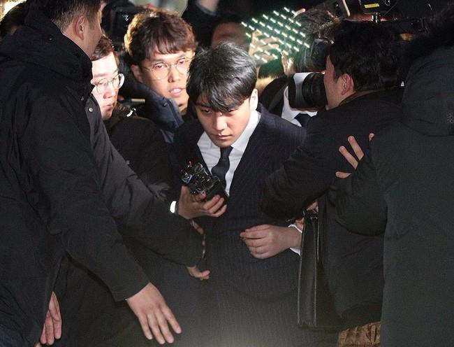 """Seungri và Jung Joon Young mặt tái nhợt vượt """"biển"""" người để rời sở cảnh sát sau gần 20 tiếng thẩm vấn, hé lộ chuyện giao nộp bằng chứng - Ảnh 9."""