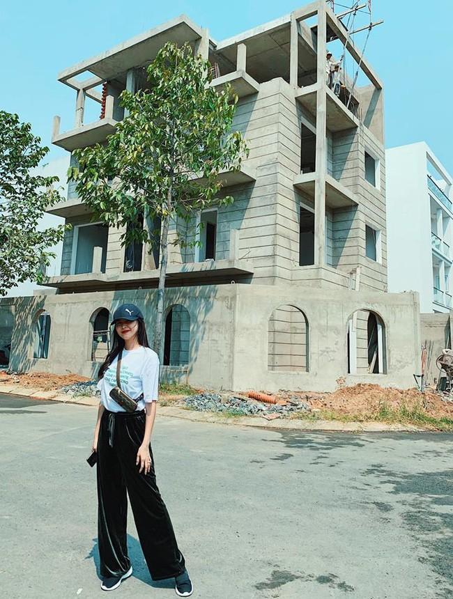 Hot mom Thủy Anh - bà xã ca sĩ Đăng Khôi hồi hộp khoe biệt thự mới đang xây lộng lẫy như lâu đài - ảnh 1
