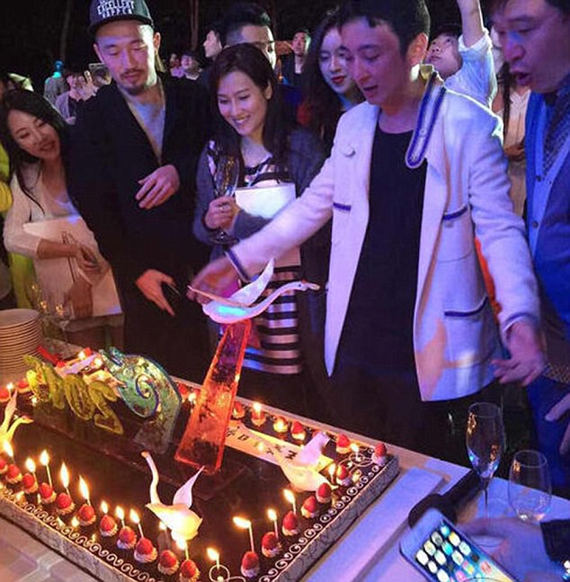 Thiếu gia giàu nhất Trung Quốc: 16 tuổi mới biết con tỷ phú, ăn chơi khét tiếng, tuyến bố lấy Dương Mịch - Ảnh 3.