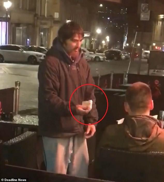 Người vô gia cư đến xin tiền, thanh niên đưa thẻ ngân hàng, mã pin và điều bất ngờ sau đó - Ảnh 2.
