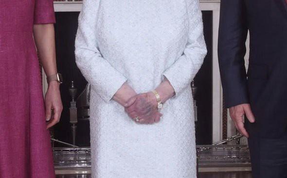 Nữ hoàng Anh bất ngờ để lộ đôi bàn tay bất thường gây xôn xao cộng đồng mạng, Công nương Kate hồi đáp chuyện mang thai con thứ 4 - Ảnh 2.