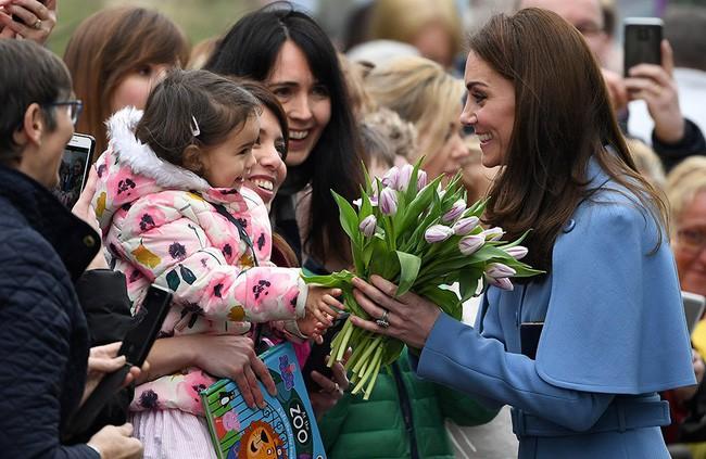 Nữ hoàng Anh bất ngờ để lộ đôi bàn tay bất thường gây xôn xao cộng đồng mạng, Công nương Kate hồi đáp chuyện mang thai con thứ 4 - Ảnh 3.