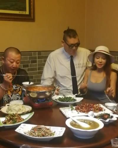 Chia tay bạn trai 1m, Cung Nguyệt Phi hẹn hò tình mới cao 2m38, rất nổi tiếng trên mạng xã hội - Ảnh 10.