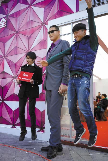 Chia tay bạn trai 1m, Cung Nguyệt Phi hẹn hò tình mới cao 2m38, rất nổi tiếng trên mạng xã hội - Ảnh 6.