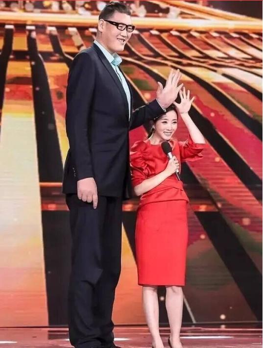 Chia tay bạn trai 1m, Cung Nguyệt Phi hẹn hò tình mới cao 2m38, rất nổi tiếng trên mạng xã hội - Ảnh 8.