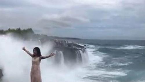 Cái kết đầy ngỡ ngàng của cô gái trẻ xinh đẹp, trang điểm kỹ càng, đứng tạo dáng trên vách đá tử thần được cư dân mạng chia sẻ rần rần - Ảnh 2.