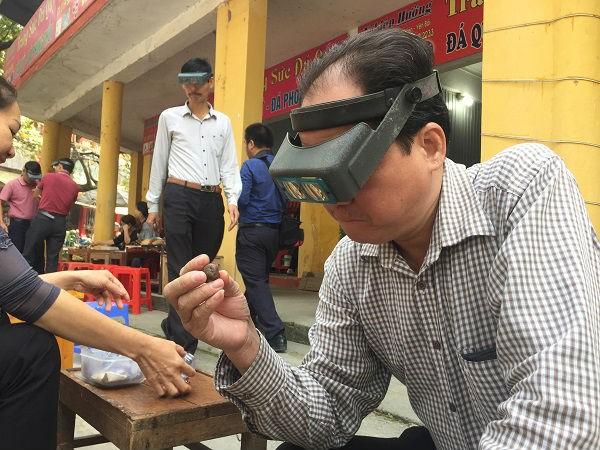 Chuyện lạ ở Việt Nam: Bán đá quý tiền tỷ tại chợ tạm ven đường - Ảnh 10.
