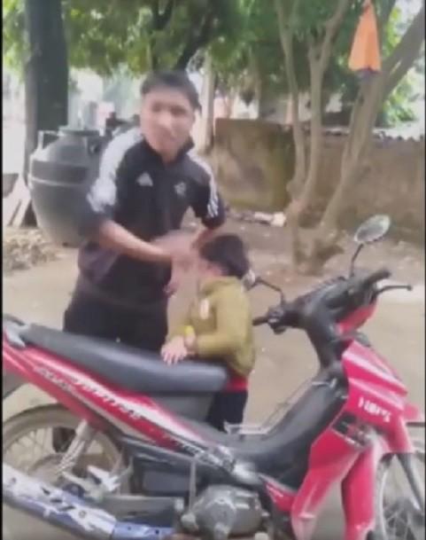 Gã đàn ông tát đôm đốp vào mặt con trai nhỏ, thách thức vợ đây này, liên quan mày không - Ảnh 3.