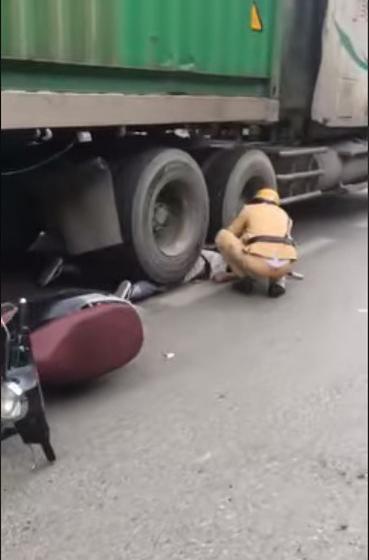 Cô gái bị bánh xe container chèn lên người - hiện trường vụ tai nạn ám ảnh nhất chiều nay - Ảnh 2.