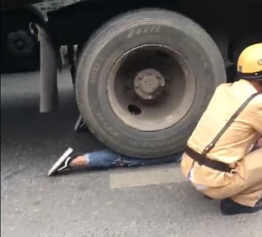 Cô gái bị bánh xe container chèn lên người - hiện trường vụ tai nạn ám ảnh nhất chiều nay - Ảnh 3.