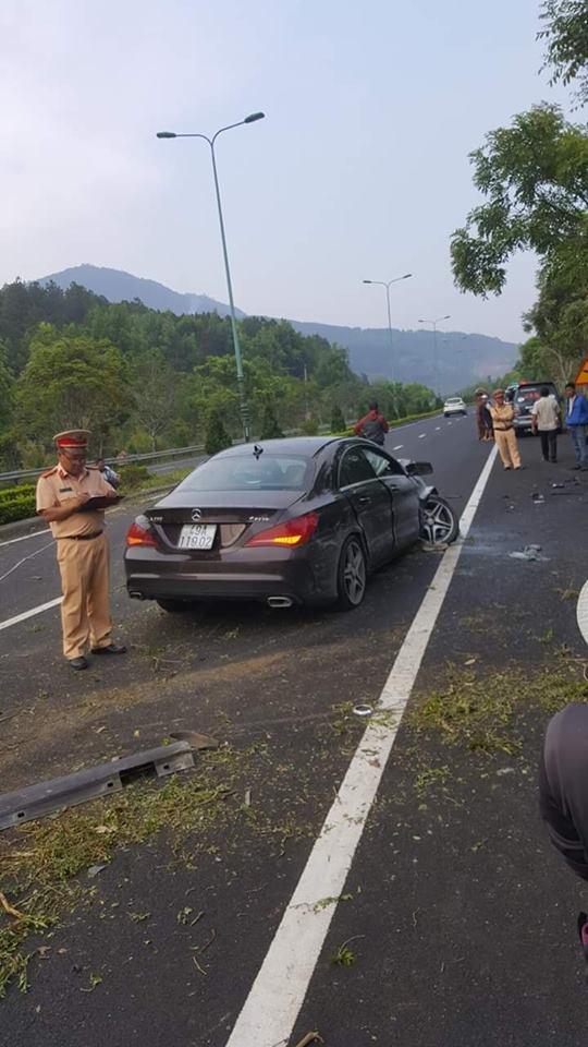 Clip vụ tai nạn kinh hoàng chiều nay: Ô tô lao qua làn ngược chiều, đâm nát xe 7 chỗ  - Ảnh 3.