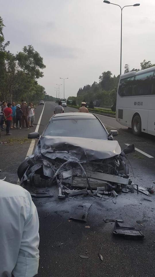 Clip vụ tai nạn kinh hoàng chiều nay: Ô tô lao qua làn ngược chiều, đâm nát xe 7 chỗ  - Ảnh 4.