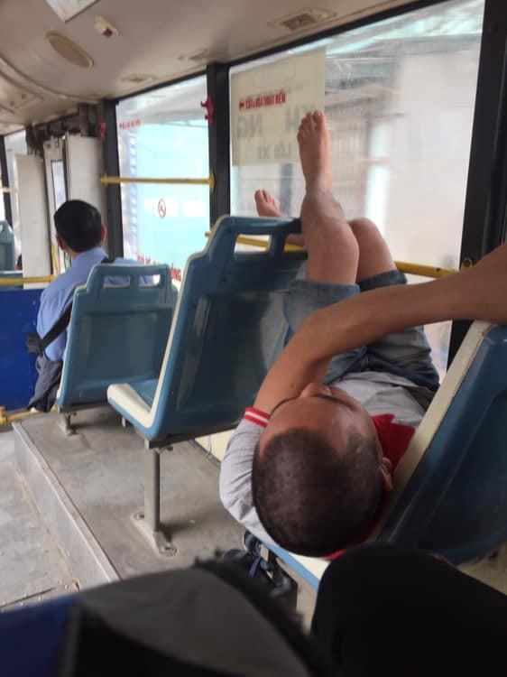 Thản nhiên biến xe buýt thành giường, người đàn ông còn có hành động khiến tất cả xa lánh - Ảnh 1.