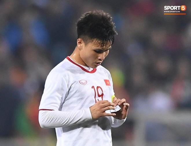 Bật mí mảnh giấy HLV Park Hang-seo nhắc bài Quang Hải trước khi U23 Việt Nam ghi bàn vào lưới Indonesia - Ảnh 3.