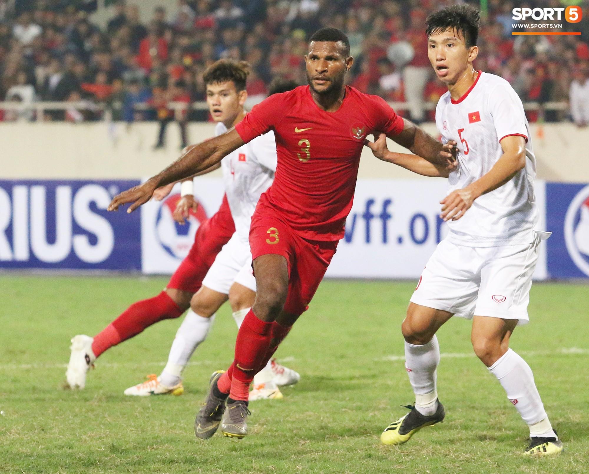 Hài hước nhìn cầu thủ ông chú U23 Indonesia cố gắng bắt chuyện làm thân với