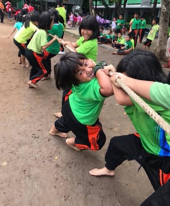 Biểu cảm đáng yêu của bé gái khi chơi kéo co gây sốt MXH hôm nay, dân mạng còn rút ra bài học này - Ảnh 3.