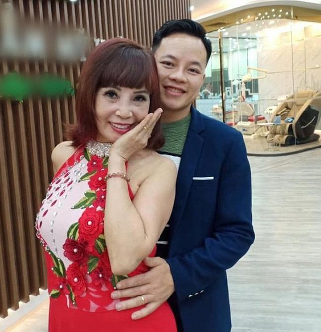 Tuổi càng cao càng mê livestream, cô dâu 62 tuổi gặp sự cố nhạy cảm khiến người xem đỏ mặt tắt vội điện thoại - ảnh 5