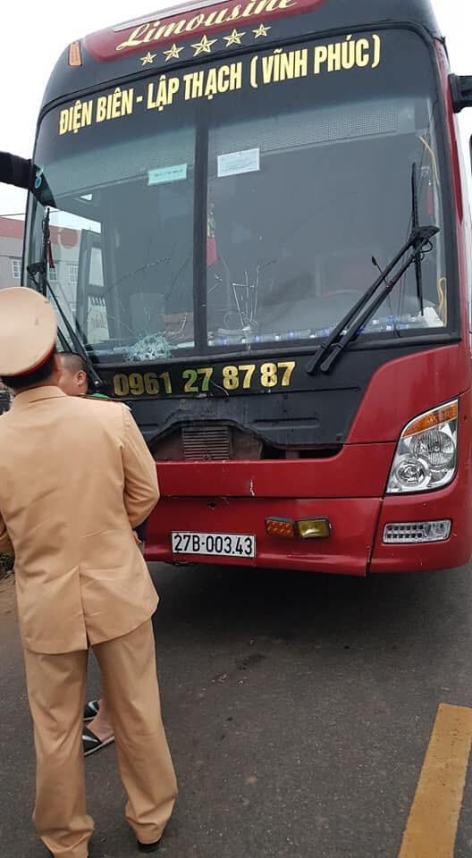 Hiện trường vụ xe khách đâm 4 người tử vong ở Vĩnh Phúc - Ảnh 4.