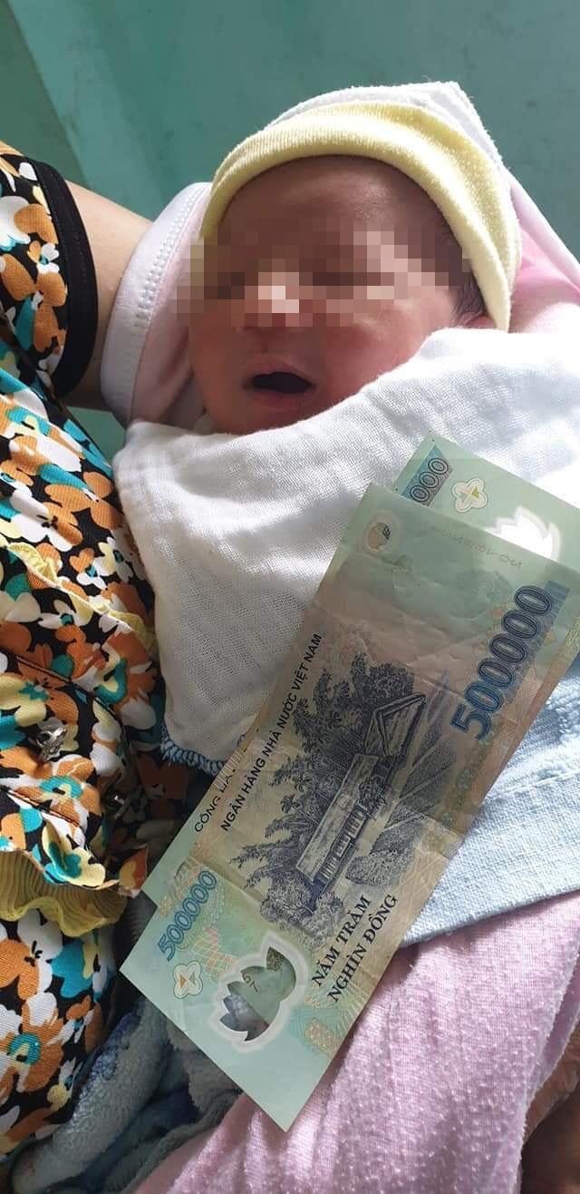 Bé sơ sinh bị bỏ rơi, bức thư cùng vật dụng người mẹ trẻ để