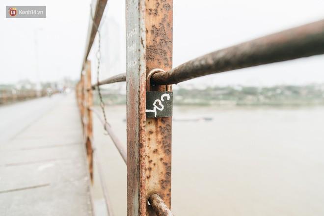 Những minh chứng tình yêu của các cặp đôi Hà Nội đang giết chết cầu Long Biên như thế nào? - Ảnh 20.