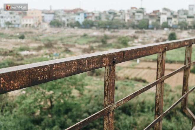 Những minh chứng tình yêu của các cặp đôi Hà Nội đang giết chết cầu Long Biên như thế nào? - Ảnh 26.