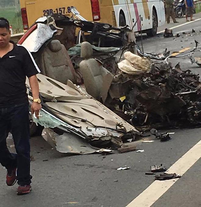 Ám ảnh hiện trường vụ tai nạn xe con nát bét sau khi đối đầu xe tải trên đường Hòa Lạc - Ảnh 3.