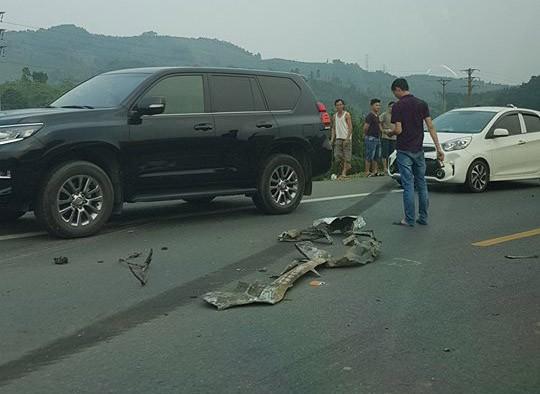 Ám ảnh hiện trường vụ tai nạn xe con nát bét sau khi đối đầu xe tải trên đường Hòa Lạc - Ảnh 7.