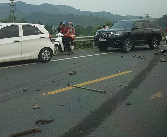 Ám ảnh hiện trường vụ tai nạn xe con nát bét sau khi đối đầu xe tải trên đường Hòa Lạc - Ảnh 8.