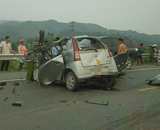 Ám ảnh hiện trường vụ tai nạn xe con nát bét sau khi đối đầu xe tải trên đường Hòa Lạc - Ảnh 10.