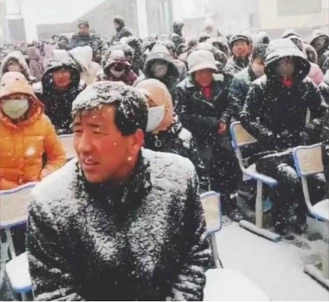Nhà trường bắt phụ huynh ngồi họp dưới trời tuyết trắng xoá gây phẫn nộ MXH và sự thật phía sau đó - Ảnh 2.