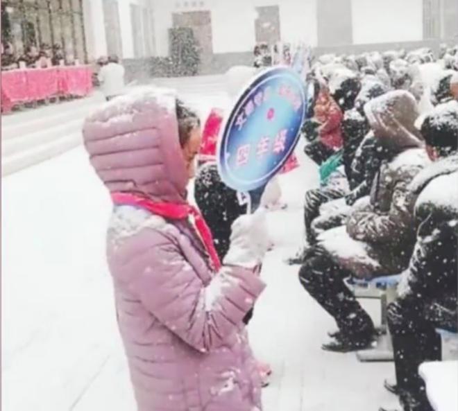 Nhà trường bắt phụ huynh ngồi họp dưới trời tuyết trắng xoá gây phẫn nộ MXH và sự thật phía sau đó - Ảnh 3.
