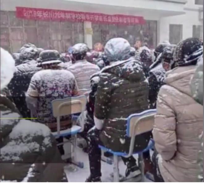 Nhà trường bắt phụ huynh ngồi họp dưới trời tuyết trắng xoá gây phẫn nộ MXH và sự thật phía sau đó - Ảnh 4.
