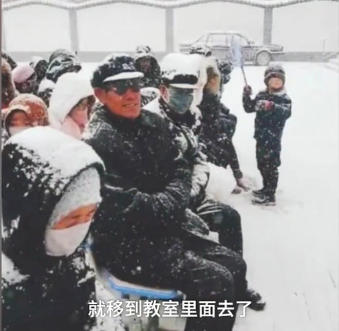 Nhà trường bắt phụ huynh ngồi họp dưới trời tuyết trắng xoá gây phẫn nộ MXH và sự thật phía sau đó - Ảnh 5.