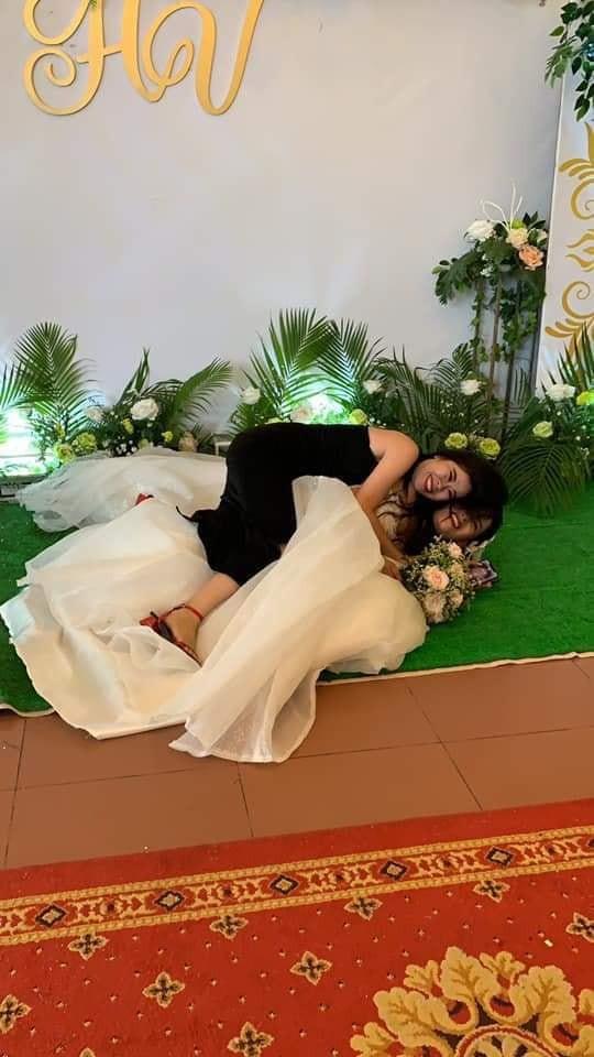 Chụp ảnh với cô dâu, cô bạn thân bất ngờ gây chú ý hơn với loạt biểu cảm khó đỡ - Ảnh 4.