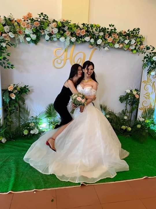 Chụp ảnh với cô dâu, cô bạn thân bất ngờ gây chú ý hơn với loạt biểu cảm khó đỡ - Ảnh 2.