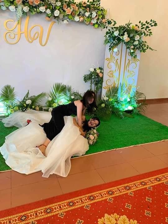 Chụp ảnh với cô dâu, cô bạn thân bất ngờ gây chú ý hơn với loạt biểu cảm khó đỡ - Ảnh 3.