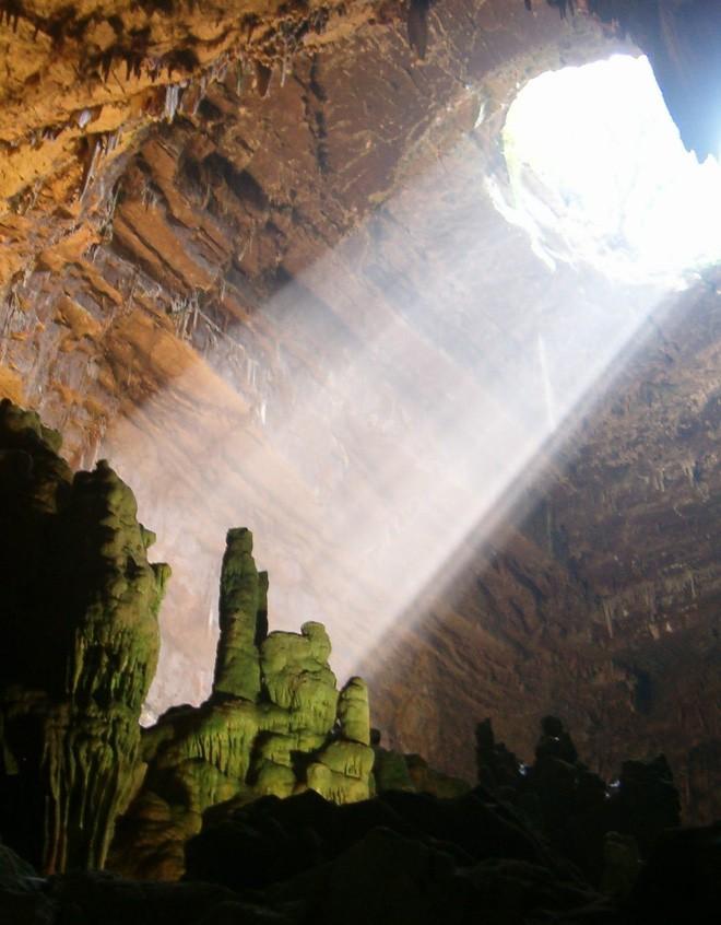 Hang động dài nhất nước Ý: Được làm từ xác chết, luôn ngập ánh sáng 24/24 như có ma thuật - Ảnh 6.