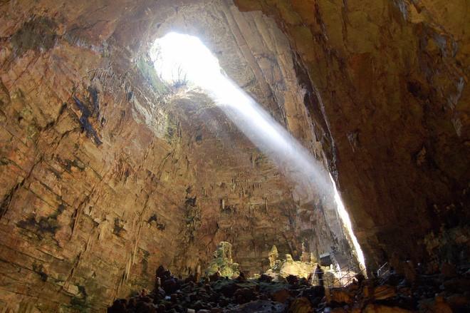 Hang động dài nhất nước Ý: Được làm từ xác chết, luôn ngập ánh sáng 24/24 như có ma thuật - Ảnh 7.