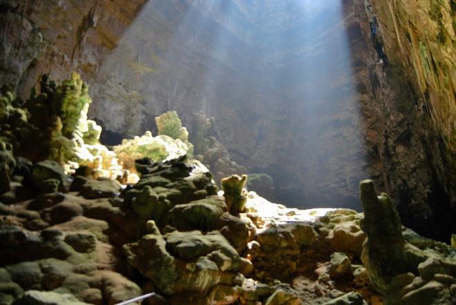 Hang động dài nhất nước Ý: Được làm từ xác chết, luôn ngập ánh sáng 24/24 như có ma thuật - Ảnh 9.