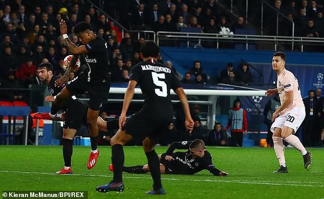 Trọng tài kỳ cựu chỉ ra lý do giúp Man United được hưởng quả penalty định mệnh trước PSG - Ảnh 1.